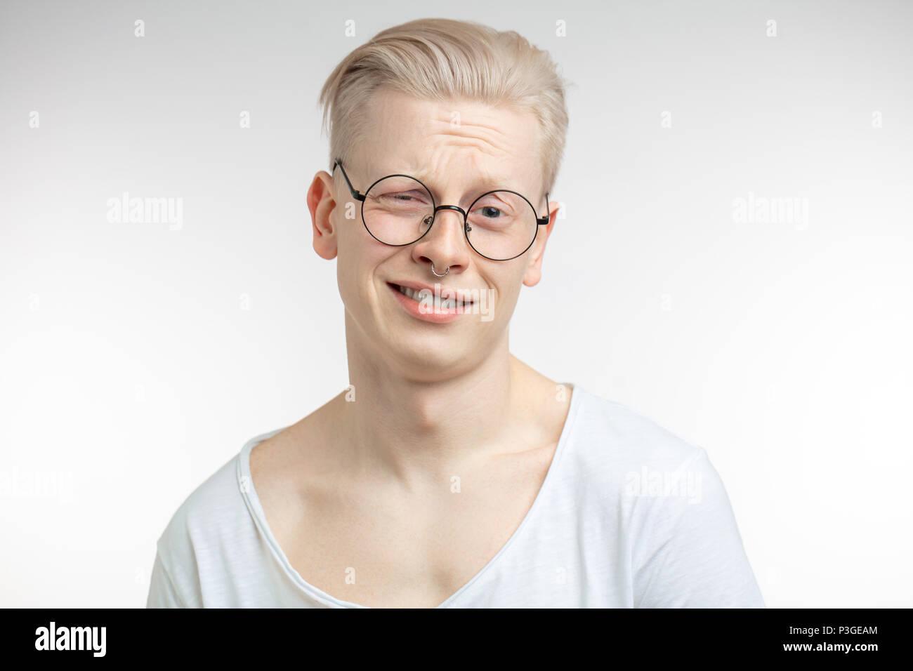 Nul doute, d'expression et de personnes concept - homme doutant sur fond gris Photo Stock
