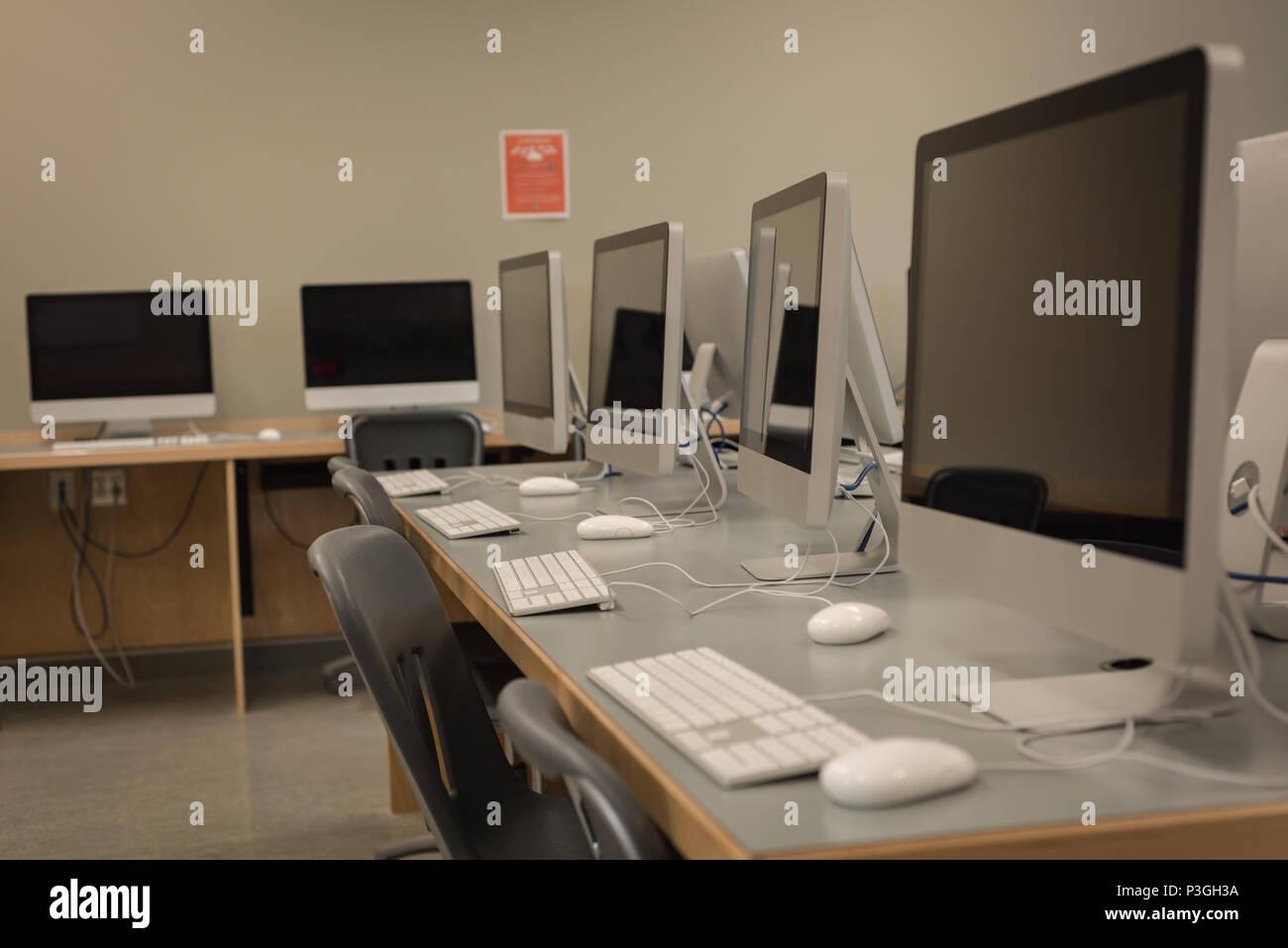 Pc de bureau organisé sur le tableau Photo Stock