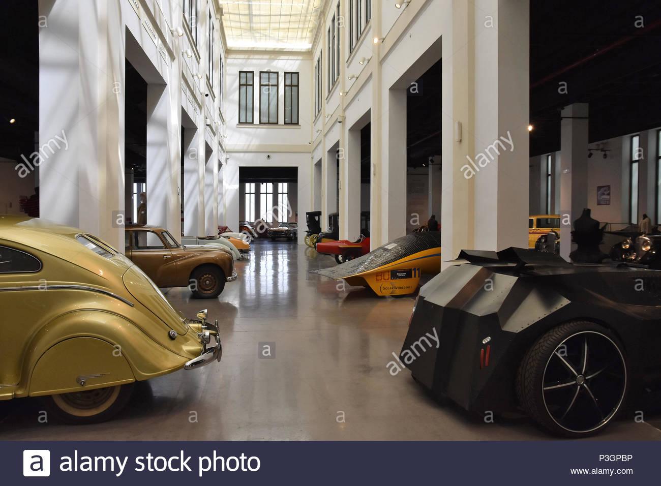 Divers modèles de voiture affichée au Musée de l'automobile (Museo Automovilístico) à Malaga en Espagne l'Europe. Photo Stock