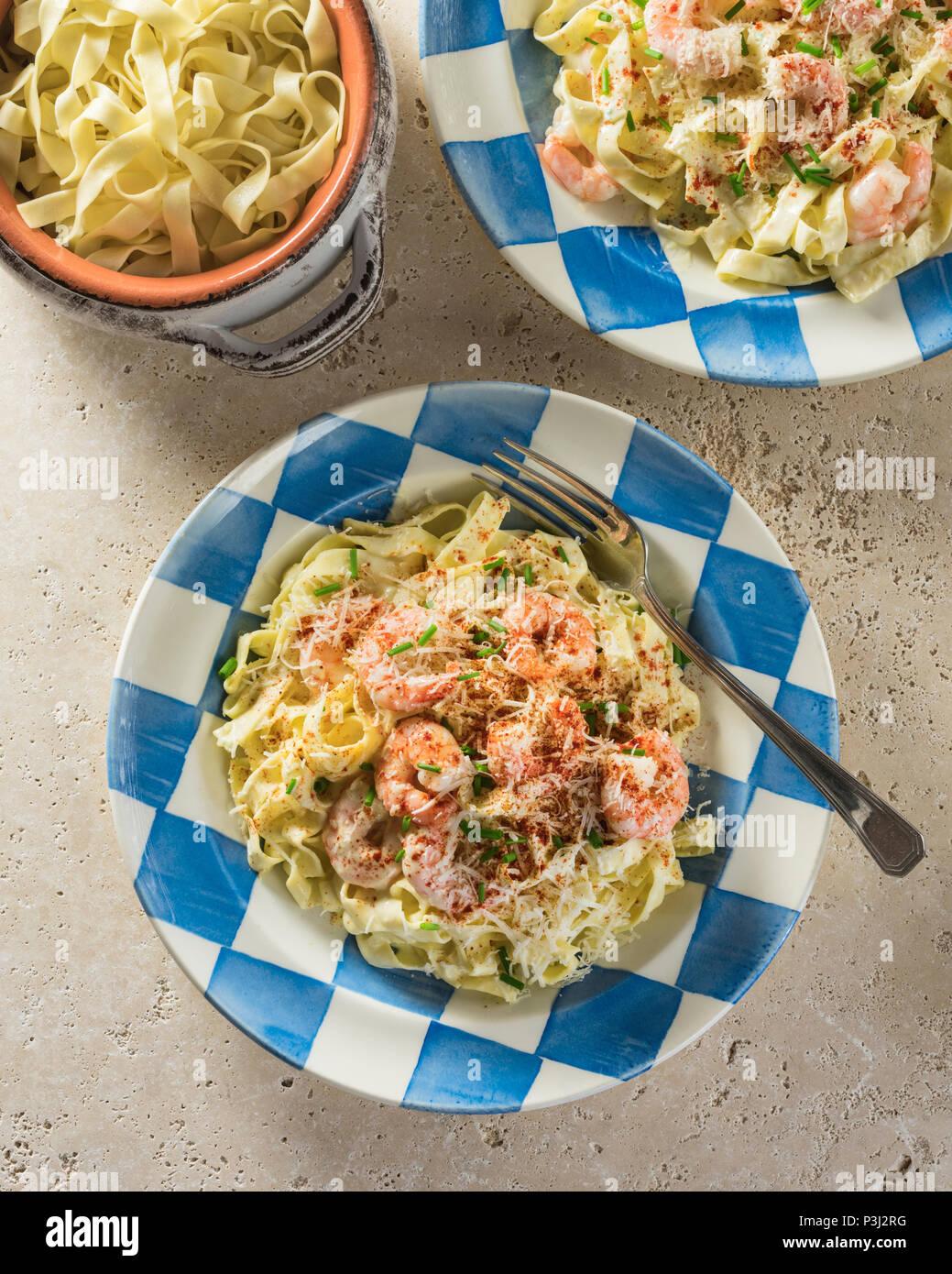 Fettuccine Alfredo de crevettes. Les pâtes en sauce au beurre et fromage aux crevettes. Photo Stock