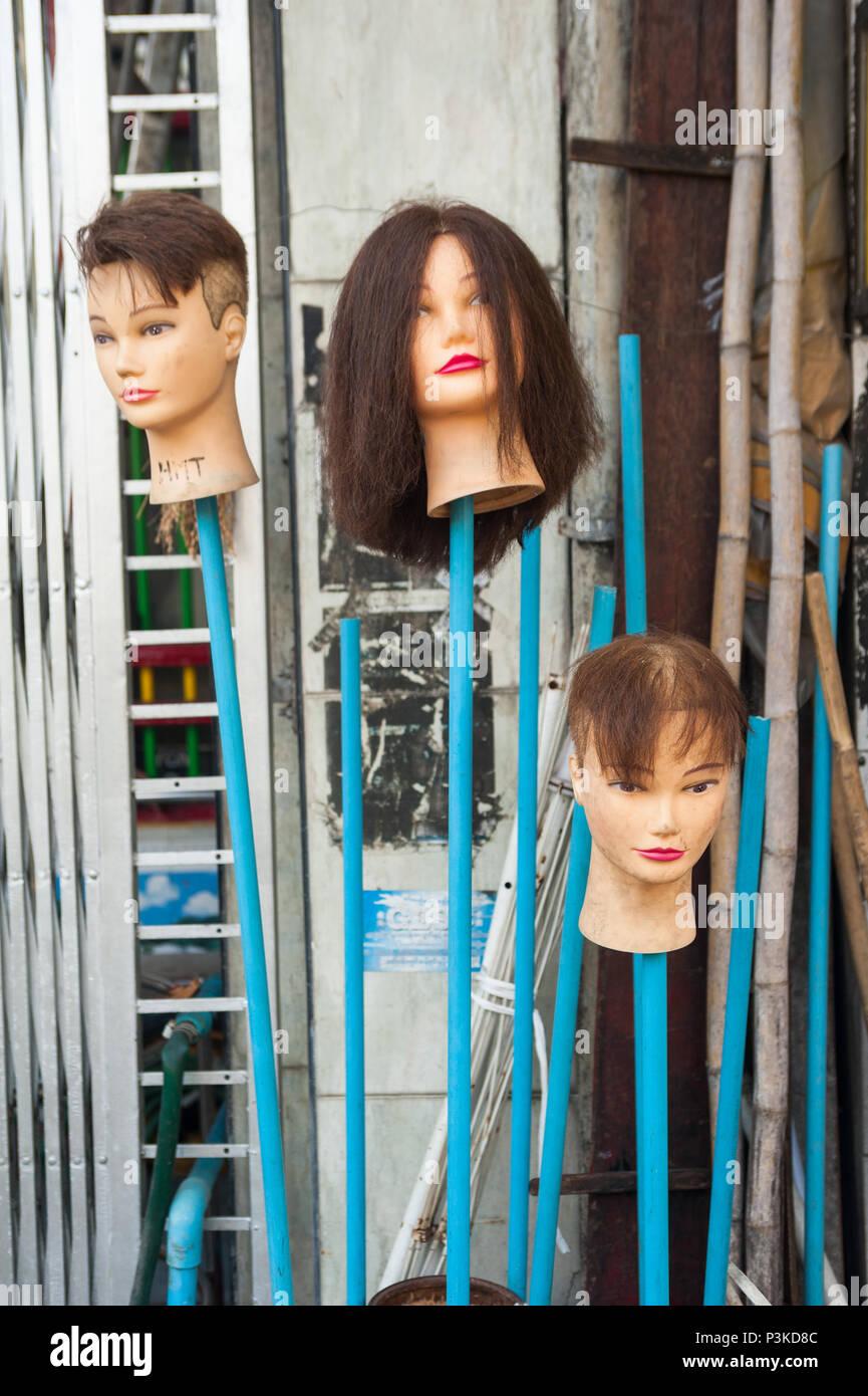 Yangon, Myanmar, perruques devant un magasin Photo Stock