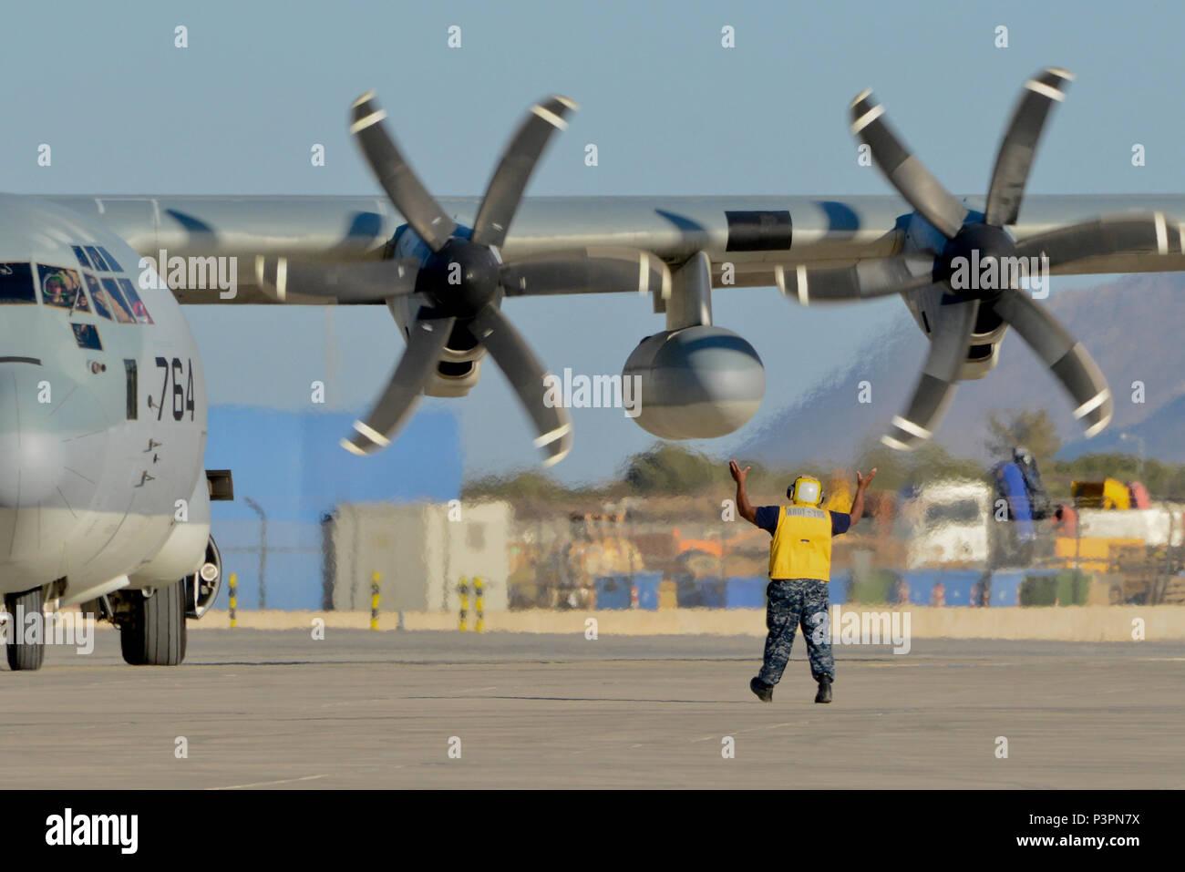 160711-N-IL474-064 La baie de Souda, la Grèce (11 juillet 2016) l'aviation en chef Maître de Manœuvre (manutention) Anthony L. Fripp, affecté à l'activité de soutien naval américain Souda Bay Département des opérations d'Air Division Ligne transitoire, diriger un KC-130 Hercules après son arrivée. La baie de Souda NSA permet à l'avant et la réactivité des opérations les forces à l'appui de la région de la Marine, de l'Europe, d'Afrique et d'Asie du Sud-Ouest a pour mission de fournir des services à la flotte, chasseurs, et de la famille. (U.S. Photo par Marcel Gauchet marine Heather/libérés) Photo Stock