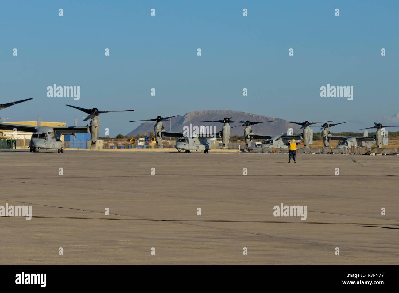 160711-N-IL474-087 La baie de Souda, la Grèce (11 juillet 2016) l'aviation en chef Maître de Manœuvre (manutention) Anthony L. Fripp, affecté à l'activité de soutien naval américain Souda Bay Département des opérations d'Air Division de ligne directe, transitoire MV-22 Osprey suivant leur arrivée. La baie de Souda NSA permet à l'avant et la réactivité des opérations les forces à l'appui de la région de la Marine, de l'Europe, d'Afrique et d'Asie du Sud-Ouest a pour mission de fournir des services à la flotte, chasseurs, et de la famille. (U.S. Photo par Marcel Gauchet marine Heather/libérés) Photo Stock
