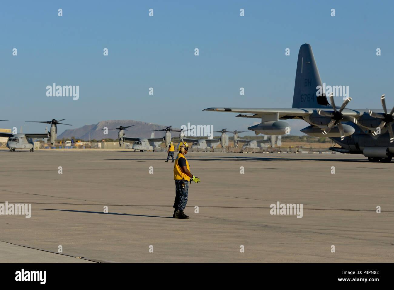 160711-N-IL474-084 La baie de Souda, la Grèce (11 juillet 2016) l'Aviation maître de Manœuvre (Équipement) 3 Classe Adrian Brown (premier plan) et l'aviation en chef Maître de Manœuvre (manutention) Anthony L. Fripp, affecté à l'activité de soutien naval américain Souda Bay Département des opérations d'Air Division de ligne directe, transitoire MV-22 Osprey suivant leur arrivée. La baie de Souda NSA permet à l'avant et la réactivité des opérations les forces à l'appui de la région de la Marine, de l'Europe, d'Afrique et d'Asie du Sud-Ouest a pour mission de fournir des services à la flotte, chasseurs, et de la famille. (U.S. Photo par Marcel Gauchet marine Heather/libérés) Photo Stock