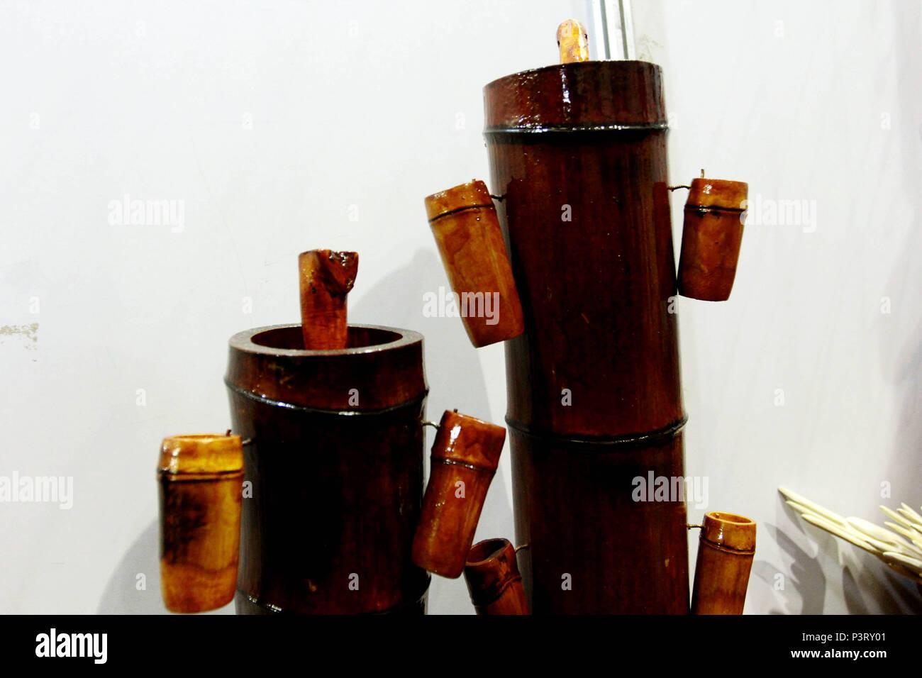 SÃO ROQUE, SP - 03.10.2015: UTENSÍLIOS DE BAMBU - Utensílios feitos a partir de Bambu. Alambique e copos de Bambu. (Foto: Aloisio Mauricio / Fotoarena) Banque D'Images