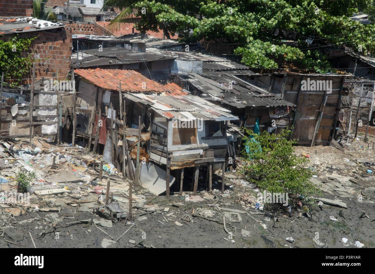 RECIFE, PE - 10.10.2015: PALAFITAS EM COMUNIDADE CARENTE - Palafitas na favela n coque, comme margens do Rio Capibaribe. (Foto: Diego Herculano / Fotoarena) Banque D'Images