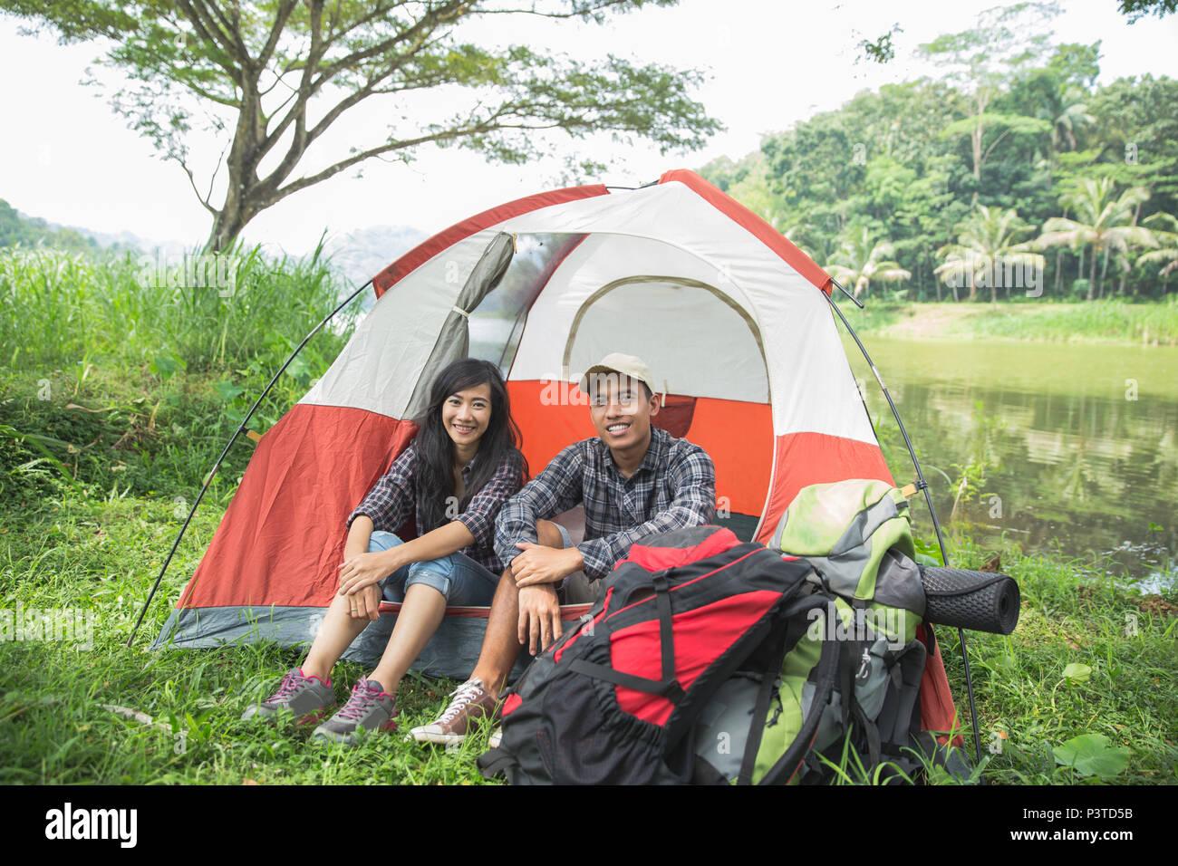 Couple voyageant et passer du temps en camping Photo Stock