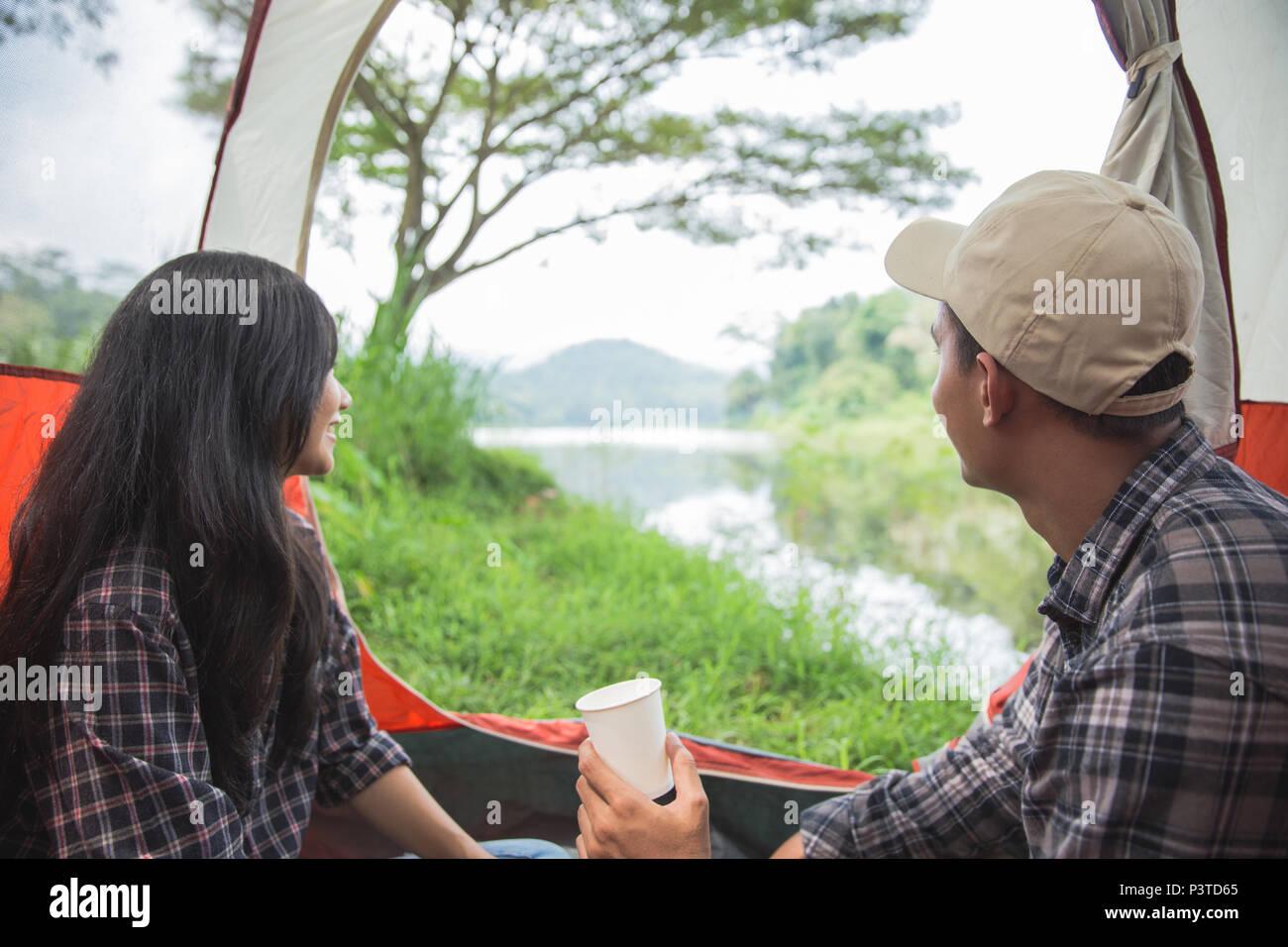 Camping du lac par un couple Photo Stock