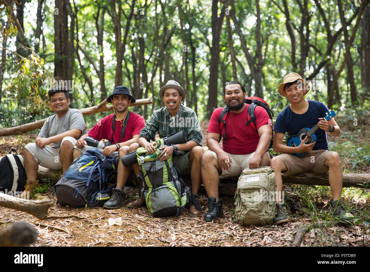 Jeunes amis de la randonnée ensemble Photo Stock