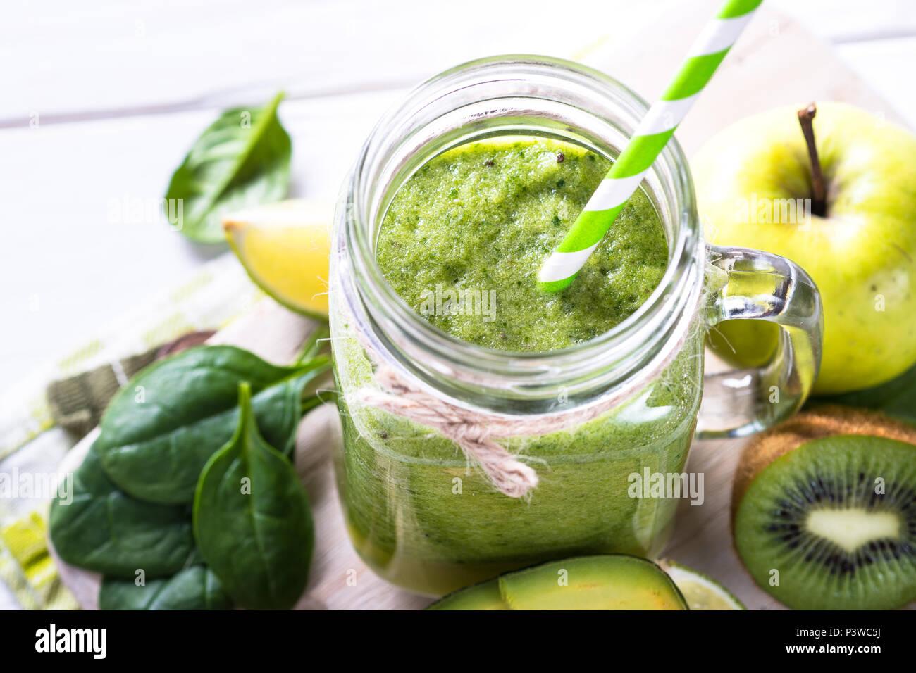 Smoothie vert en pot Mason. La chaux, épinards, pommes, kiwi, avocat smoothie Close up Photo Stock