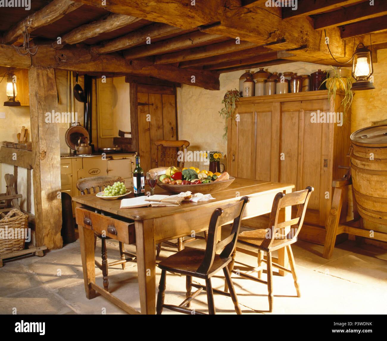 table et chaises en pin au plafond bas poutres apparentes. Black Bedroom Furniture Sets. Home Design Ideas