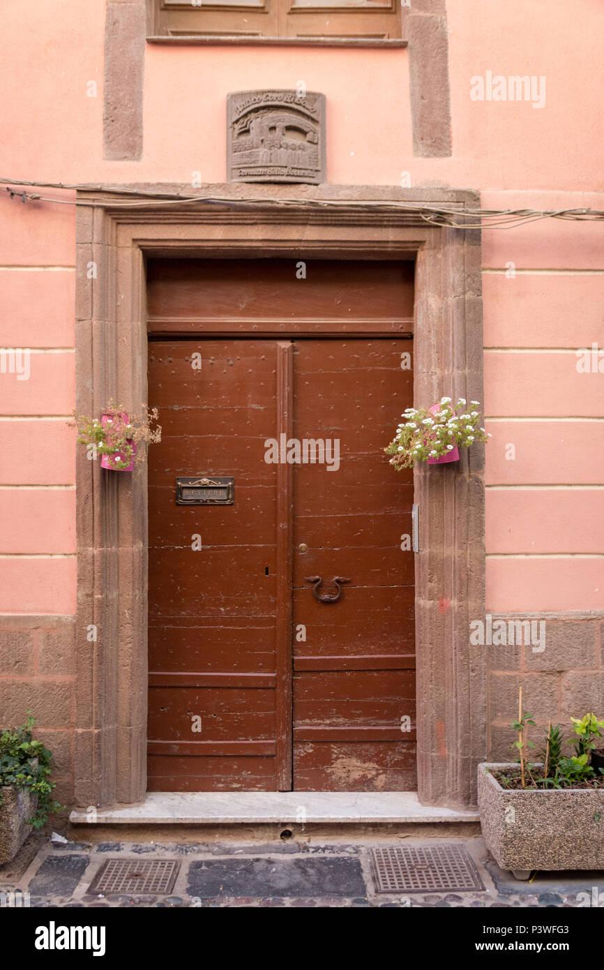 Brun en bois porte d\'entrée à une maison avec une décoration ...