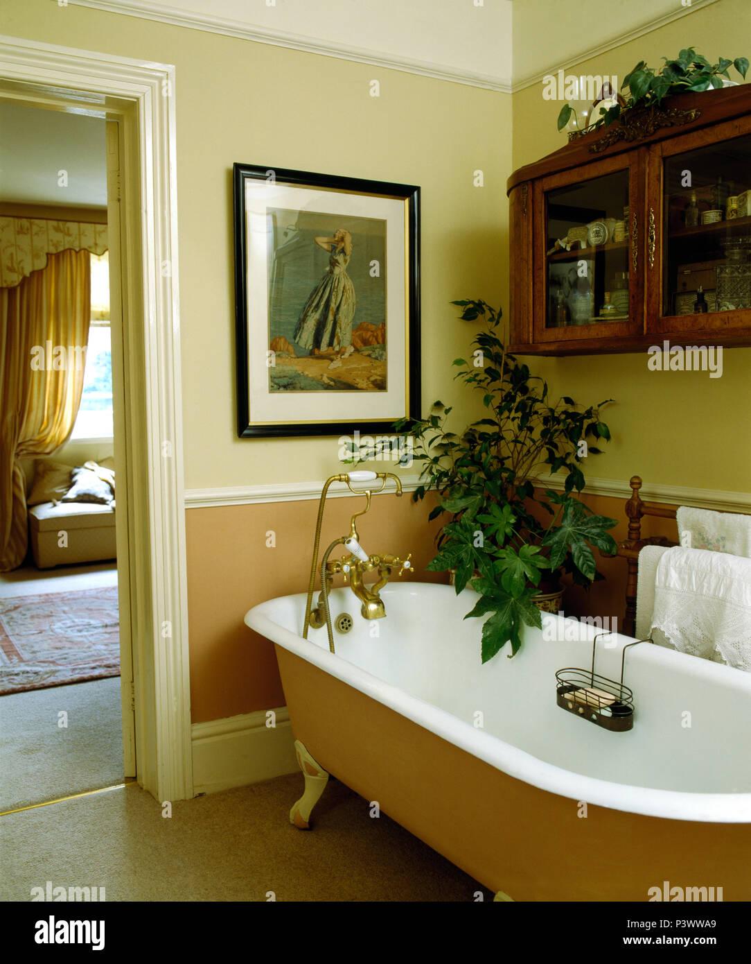Petit Verre/placard mural au-dessus de baignoire dans salle ...