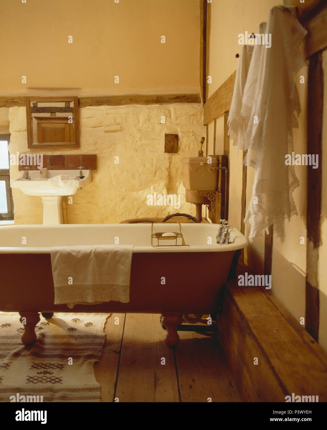 Towels hanging sur le mur à côté d\'une baignoire îlot de ...