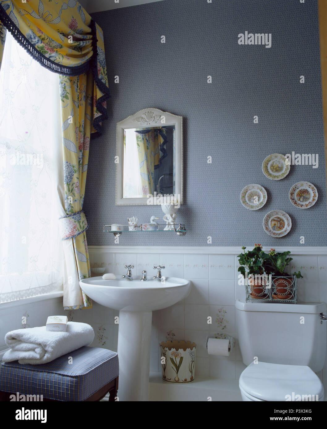 Miroir Encadr De Blanc Au Dessus Du Bassin Du Blanc Dans Une Salle