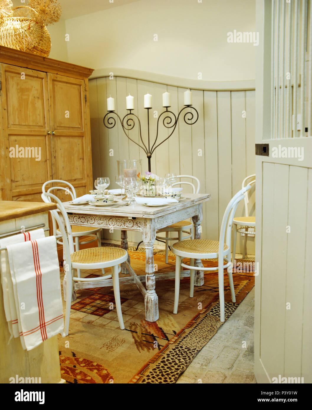 Chaises en bois cintré peint blanc et table en petite salle à manger ...