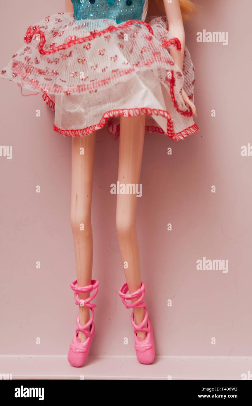 Les jambes d'une poupée anorexique comme concept pour l'état de l'Anorexie mentale Photo Stock