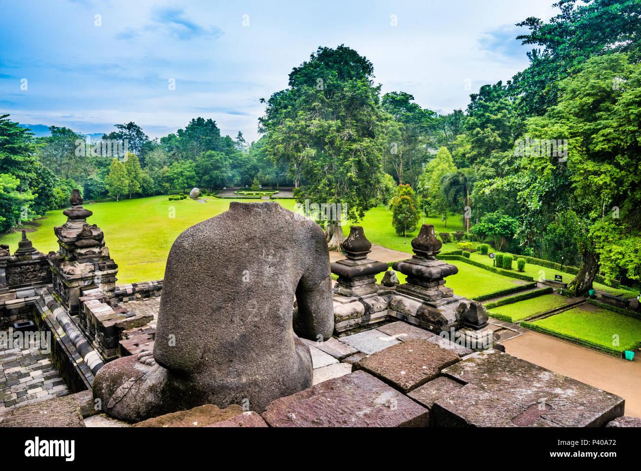 Statues de Bouddha sans tête à une ballustrade du 9e siècle Borobudur temple bouddhiste, le centre de Java, Indonésie Photo Stock