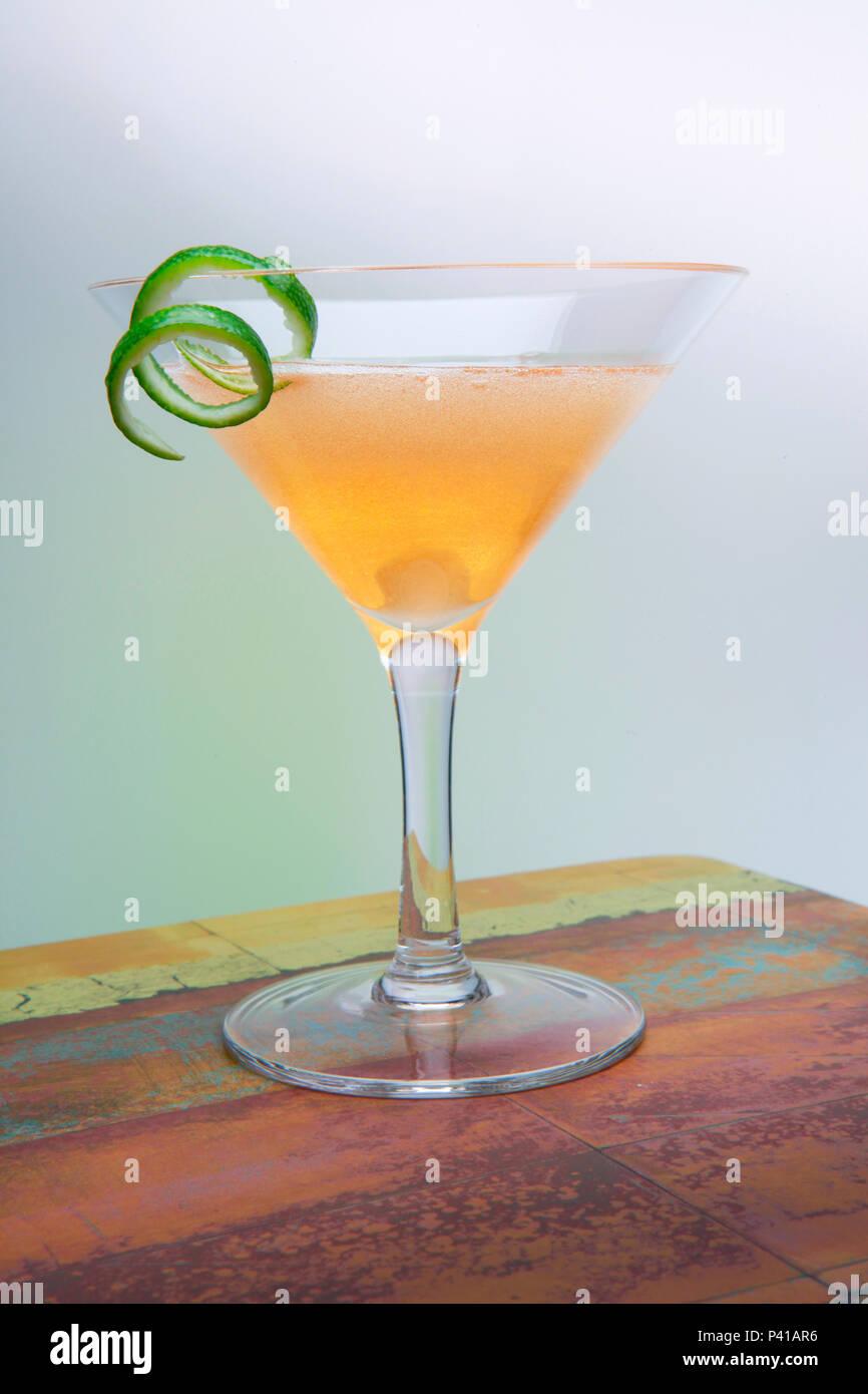 Vrille d'or dans un verre à martini Photo Stock