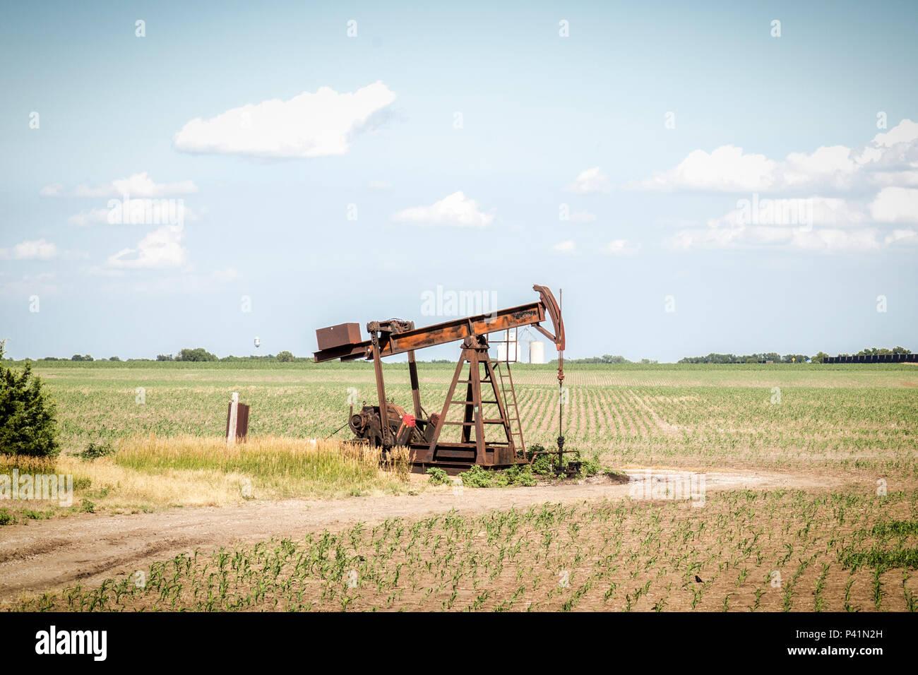 Un pompage Pumpjack huile dans les régions rurales des États-Unis Photo Stock