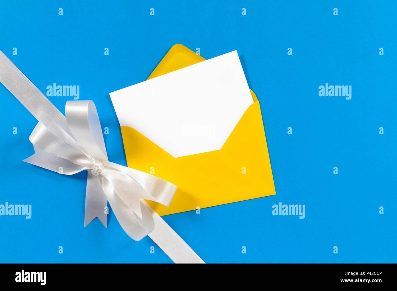 Carte Cadeau De Noël Avec Ruban En Satin Blanc Et Bleu Sur