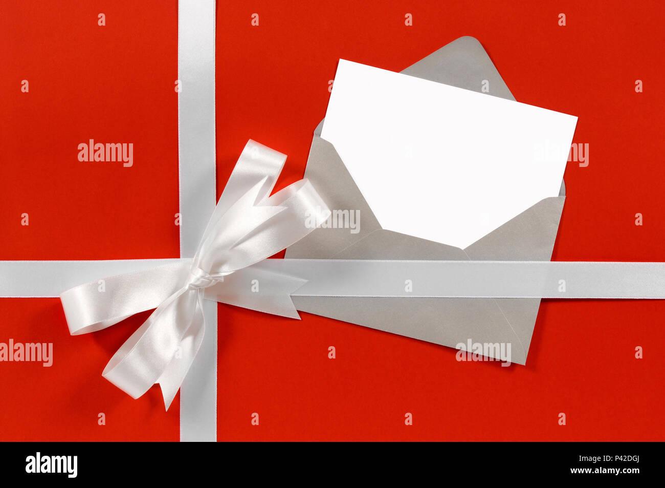 Carte Cadeau De Noël Avec Ruban En Satin Blanc Et Rouge Sur