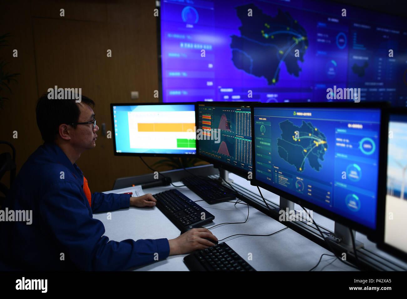 Xining, Province de Qinghai en Chine. 20 Juin, 2018. Un membre du personnel surveille les données de production d'énergie et à une nouvelle branche de la big data State Grid Qinghai Electric Power Company à Xining, Province de Qinghai, dans le nord-ouest de la Chine, le 20 juin 2018. La province du Qinghai dans le nord-ouest de la Chine le mercredi a amorcé une période de neuf jours d'alimentation d'énergie propre projet suite à la réussite d'un essai de sept jours l'année dernière. La province prévoit d'utiliser uniquement des sources d'énergie verte pour produire de l'électricité à partir de la chambre 20 au 28 juin pour promouvoir l'utilisation de l'énergie propre. Credit: Zhang Hongxiang/Xinhua/Alamy Live News Photo Stock