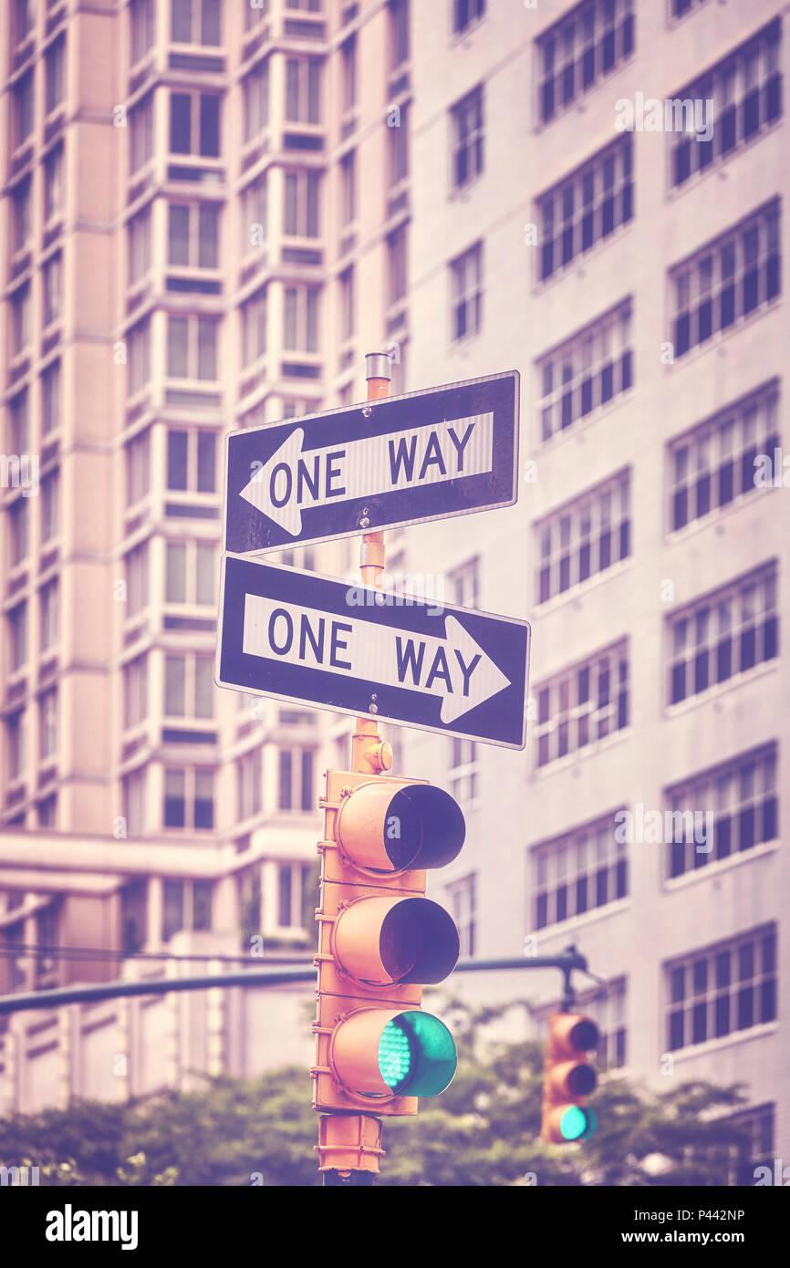 Vintage photo aux couleurs des feux de circulation et d'une façon signes sur Manhattan, New York City, USA. Photo Stock