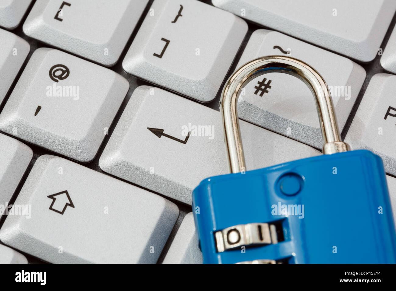 Un clavier avec touche entrée et un cadenas pour illustrer la cyber-sécurité en ligne et la protection des données PIBR concept. Angleterre Royaume-uni France UE Photo Stock