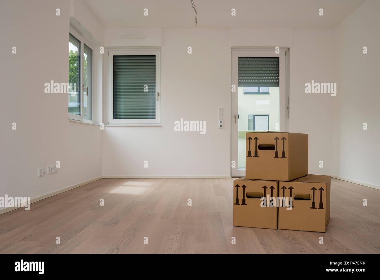 Une carte marron fort en chambre blanche vide avec windows et de ...