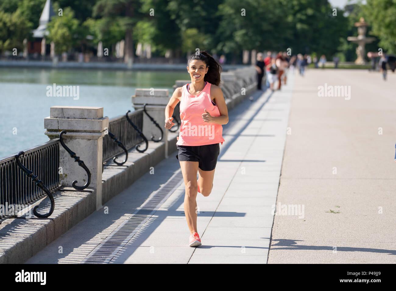 Jeune et Jolie femme runner heureux en automne et la formation en cours de  sport sur l exercice dans l extérieur de jogging du parc de la ville avec  des ... 354517d7147
