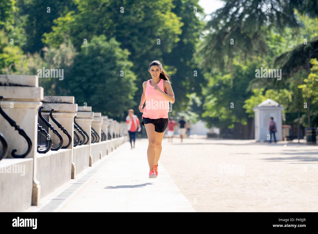 Jeune et Jolie femme runner heureux en automne et la formation en cours de  sport sur 4a8cef3c91c