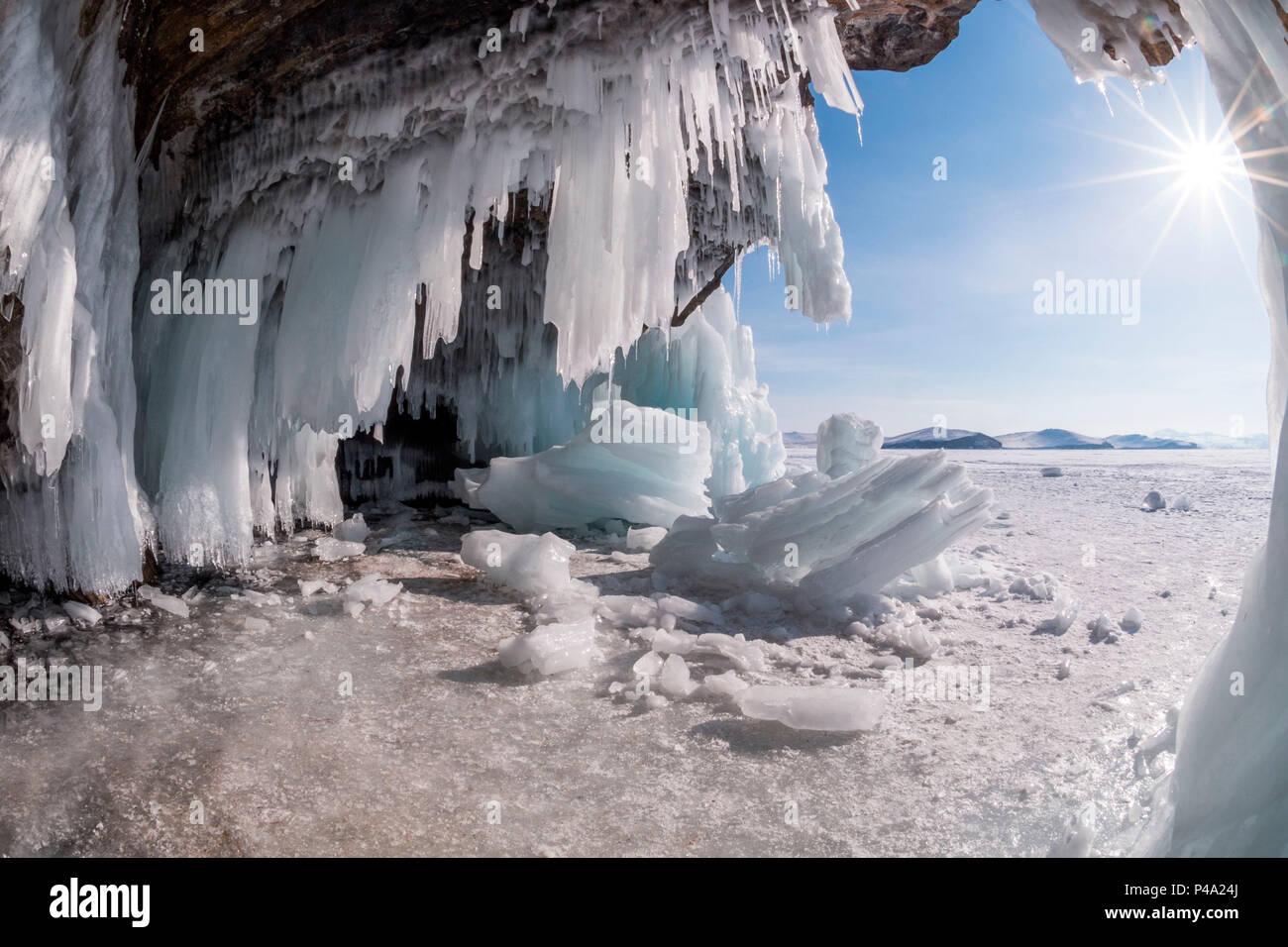 Stalactites de glace dans une caverne à la rive du lac Bajkal, région d'Irkoutsk, en Sibérie, Russie Photo Stock