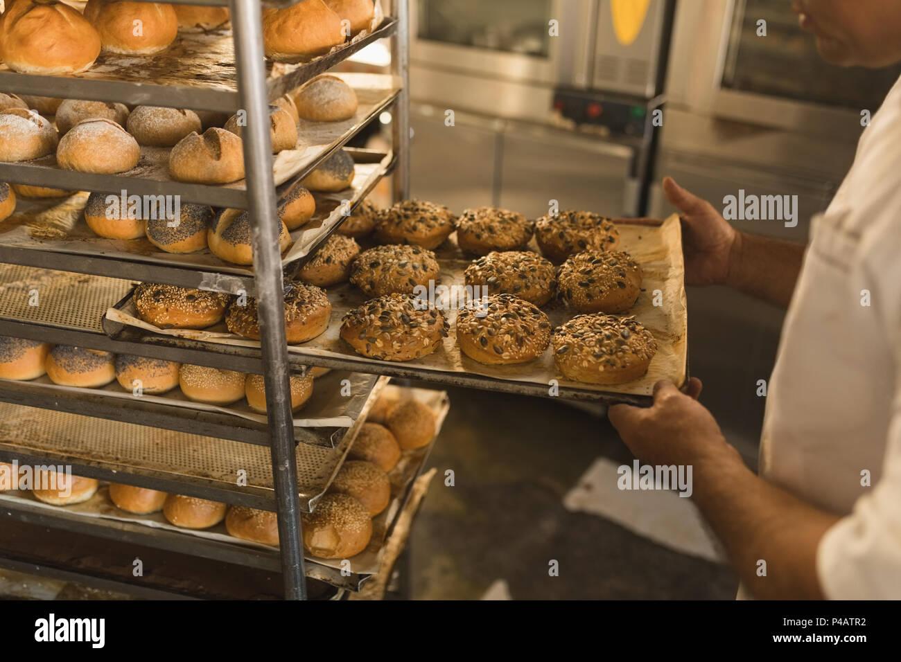 Retrait d'un baker mâle de bac sucrés Photo Stock