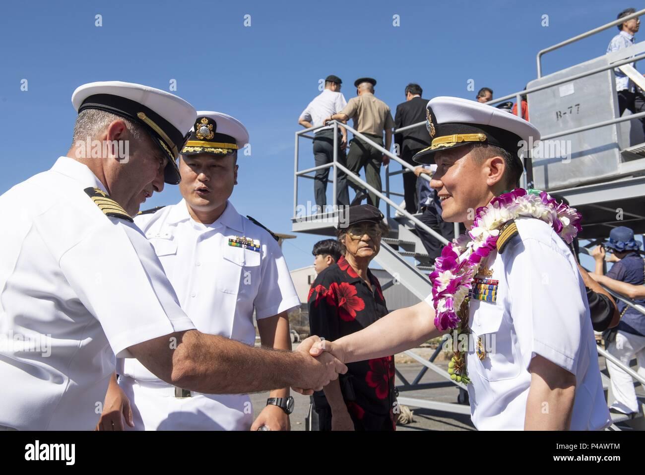 180608-N-QE566-0010 PEARL HARBOR -- (8 juin 2018) Le capitaine Christopher J. Budde, commandant du USS Port Royal (CG 73), gauche, se félicite le Capitaine Kim In-Ho, le commandant de la Marine de la République de Corée ship Yulgok Yi I (DDG 992), suite à l'arrivée du navire à Joint Base Pearl Harbor-Hickam 8 juin en préparation de l'exercice Rim of the Pacific (RIMPAC) 2018, 8 juin 2018. Vingt-six nations, 47 navires, 5 sous-marins, environ 200 avions, et 25, 000 personnes participent à l'EXERCICE RIMPAC du 27 juin au 2 août dans et autour des îles Hawaï et la Californie du Sud. Le monde est la Photo Stock