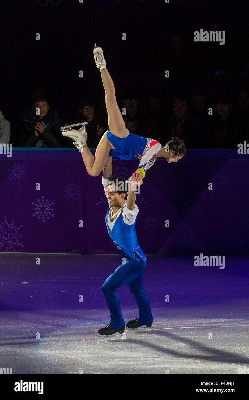 La PRK (Corée du Nord) deux patineurs Tae Ok Ryom et Ju Sik Kim effectuer au Gala de patinage artistique à l'exposition Jeux Olympiques d'PyeongCha Photo Stock