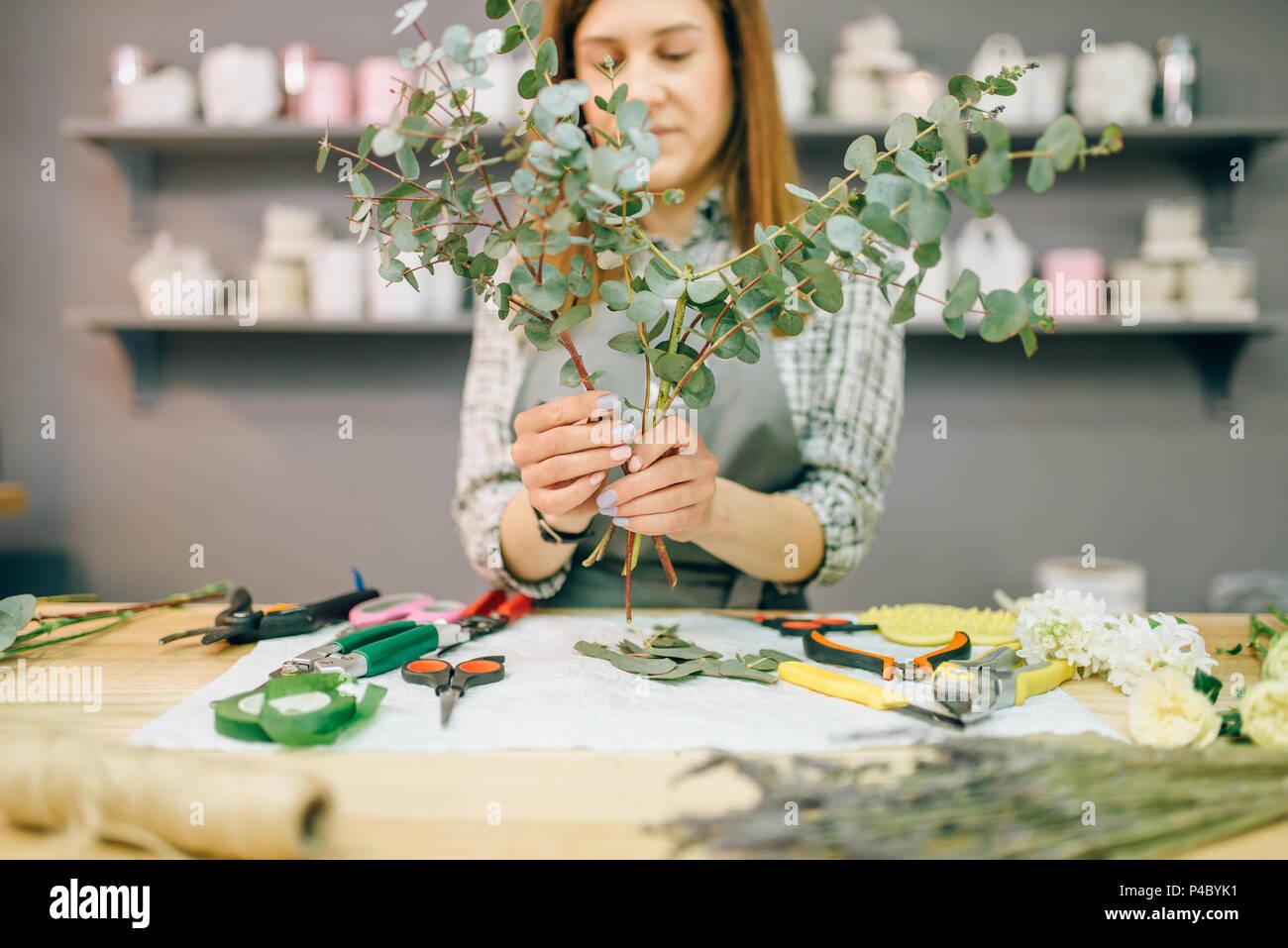 Composition de fleurs fleuriste femme prépare Photo Stock