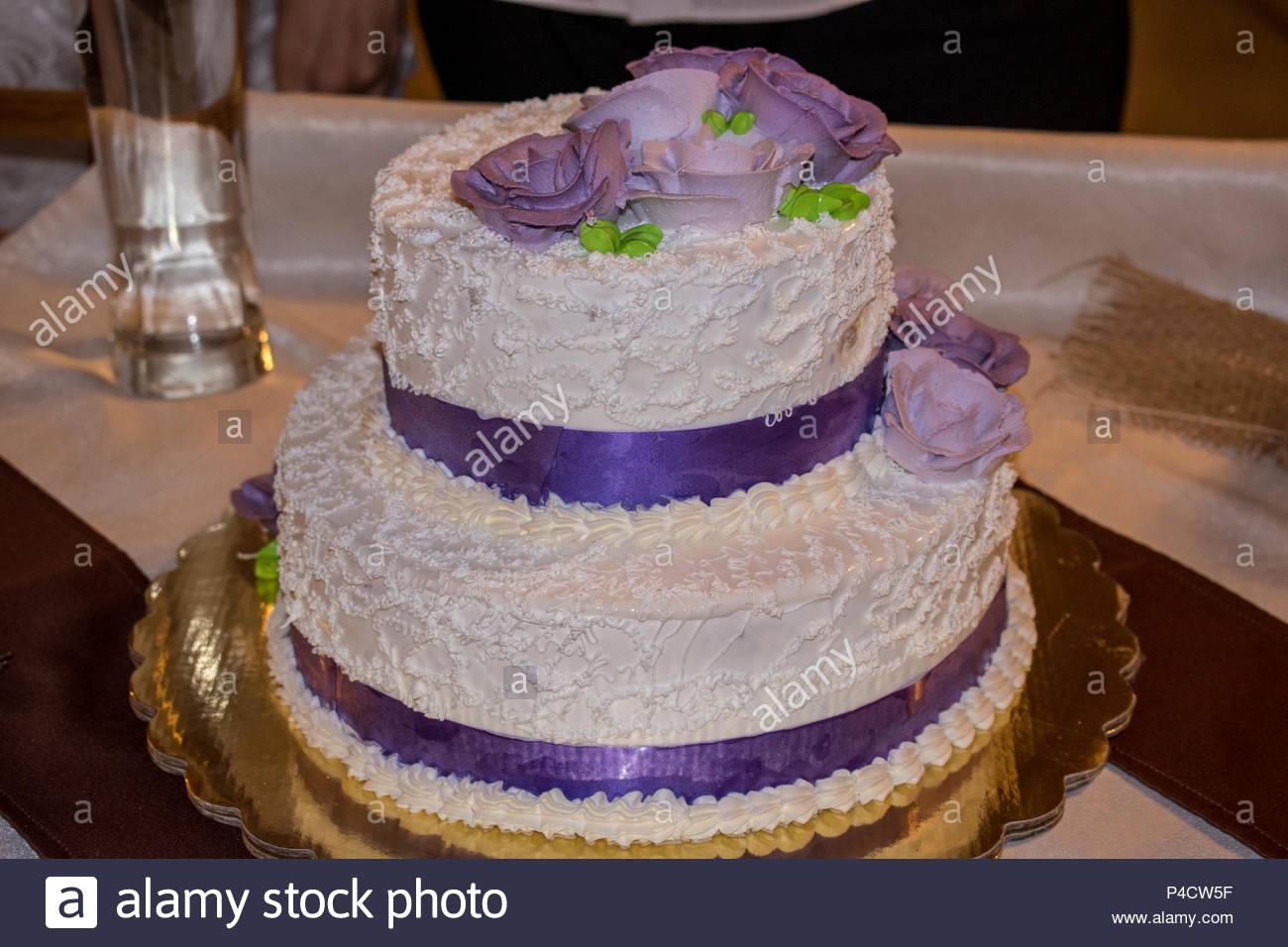Gateau De Mariage Blanc Avec Beaucoup De Tampons De Juteux