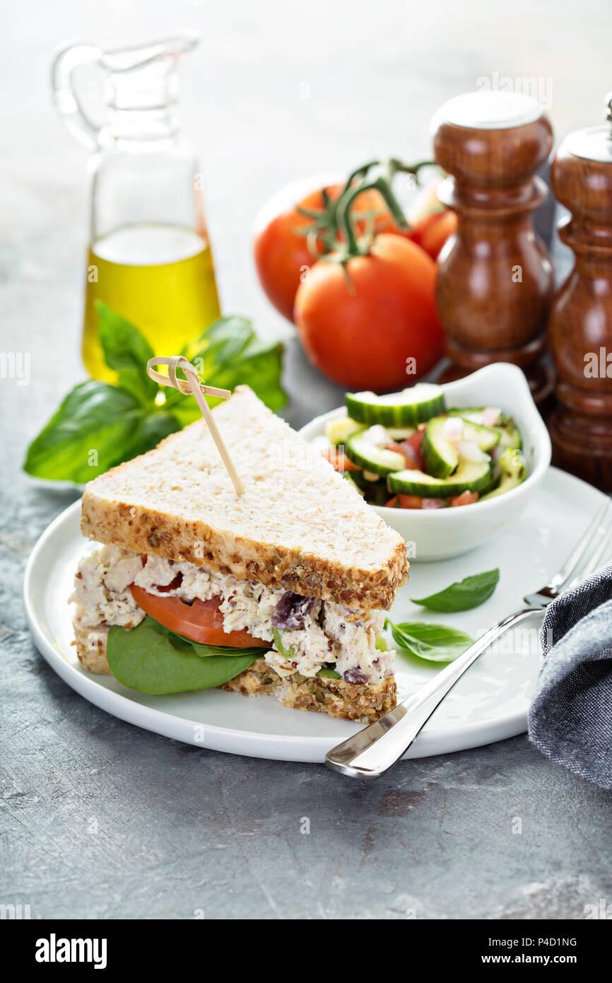 Sandwich à la salade de poulet aux épinards et tomates Photo Stock