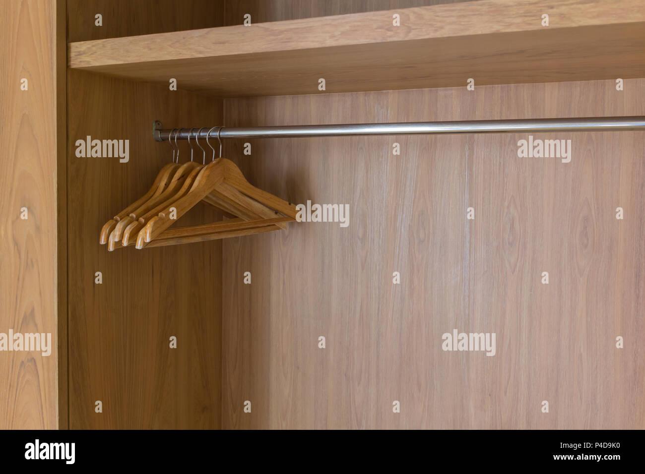 Brun en bois moderne avec cintres vêtements rien vide dans ...
