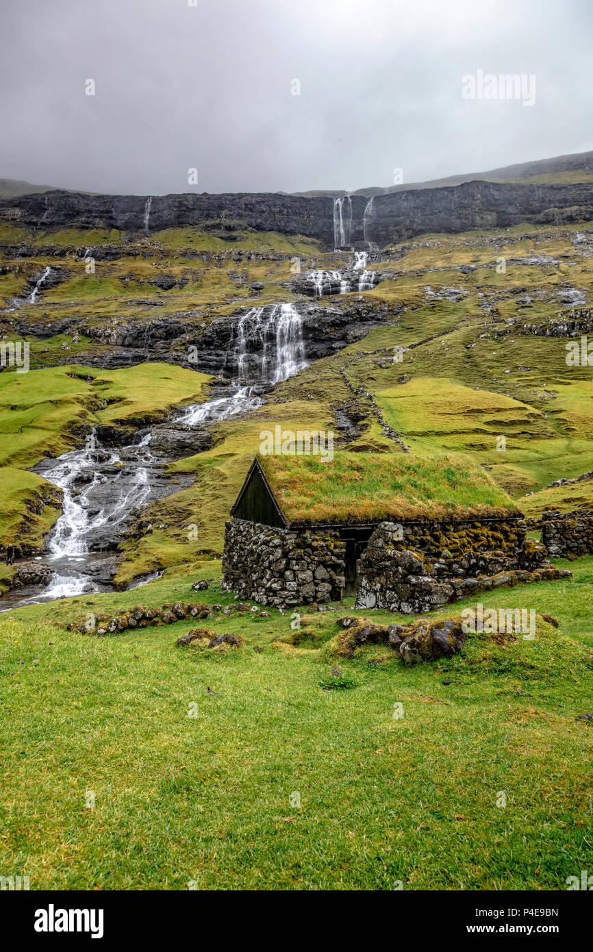Maison avec toit vert à saksun, îles Féroé Photo Stock