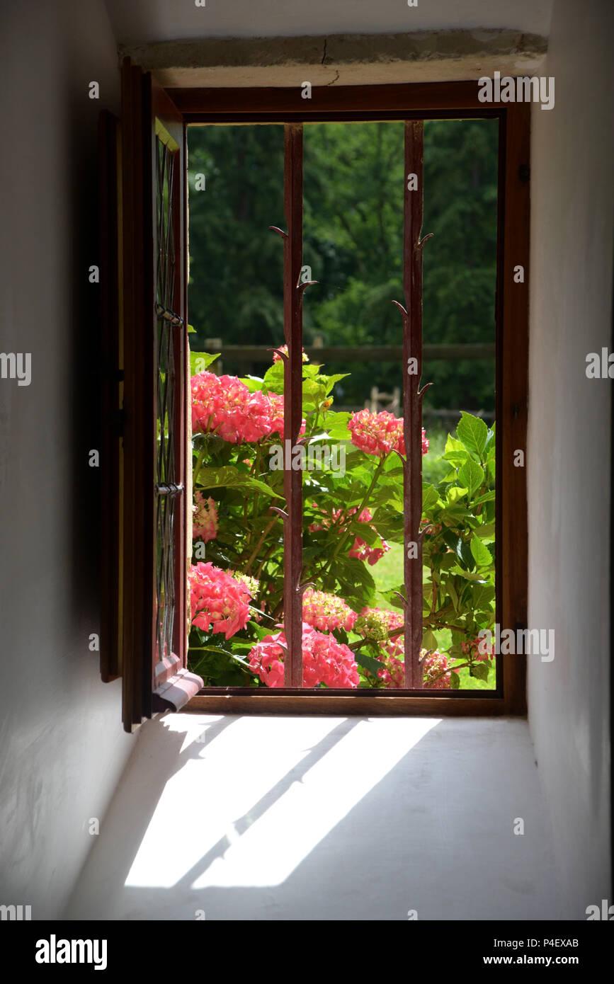 Cuisine ouverte dans la fenêtre ancienne tour de 1500 maison privée ...
