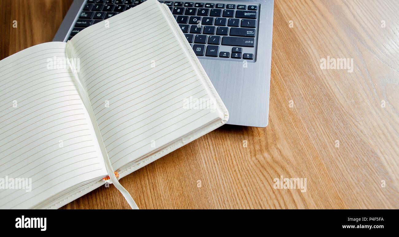 Le bloc notes ordinateur portable sur le vieux bureau en bois