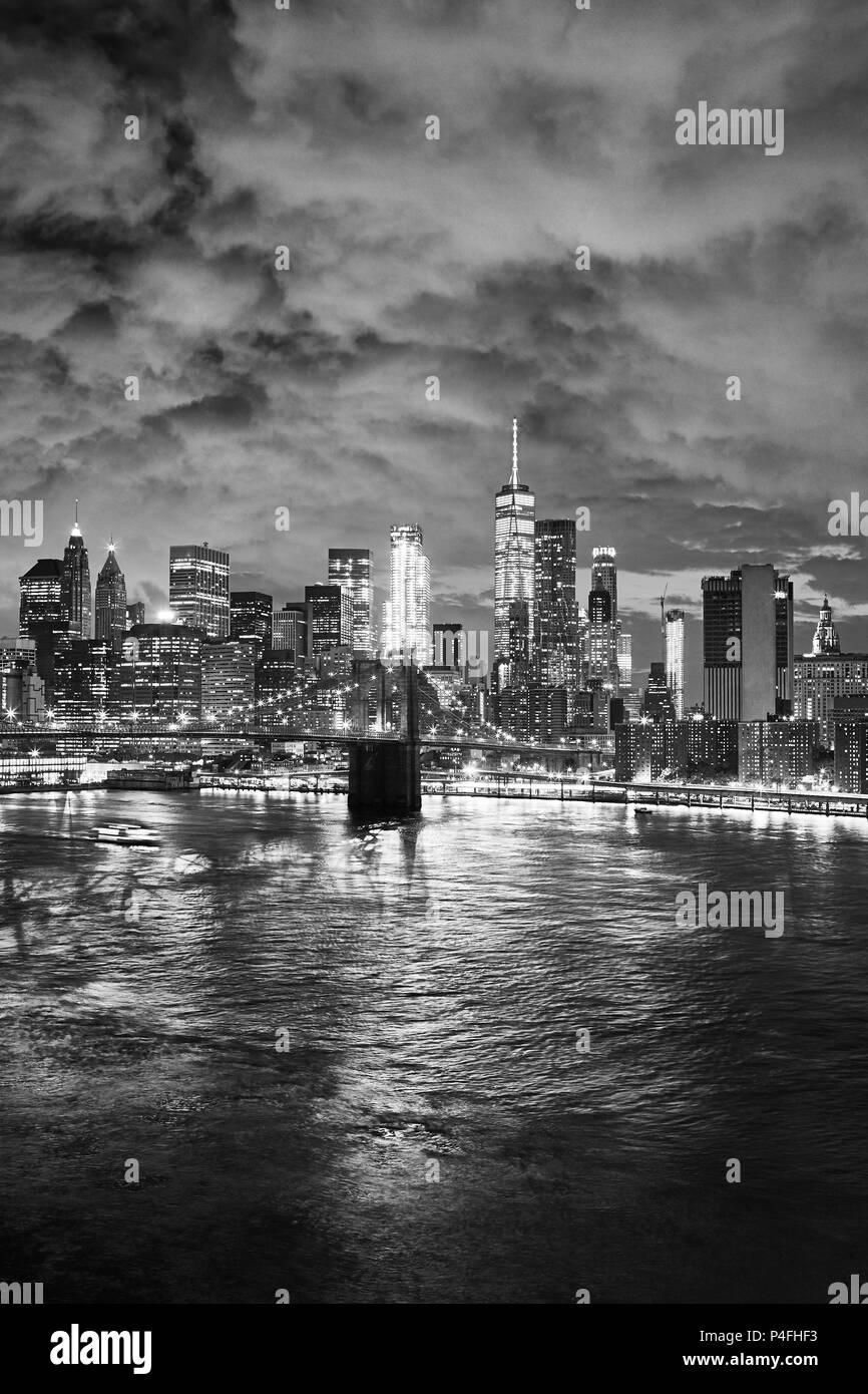 Photo noir et blanc de New York cityscape at night, USA. Banque D'Images