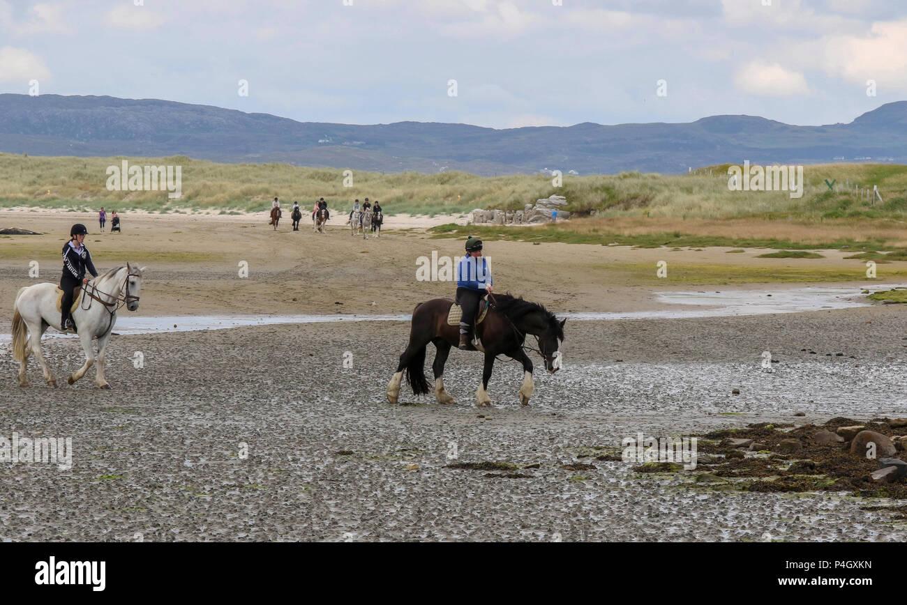 Les cavaliers d'une école d'équitation à Dunfanaghy Comté de Donegal en Irlande, sur une plage de sable de Sheephaven Bay. Photo Stock