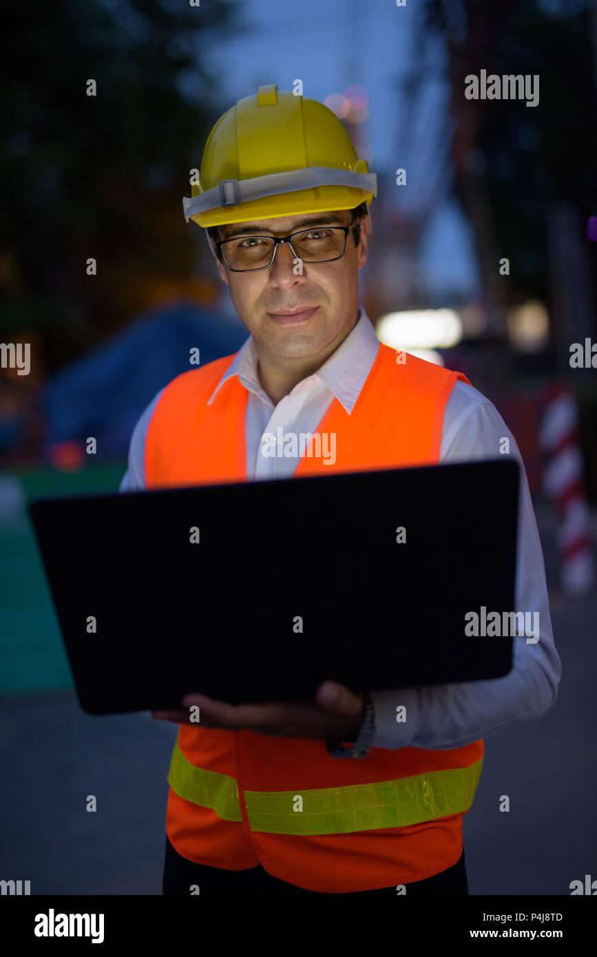 Bel homme persan travailleur de la construction à la construction s'asseoir Photo Stock