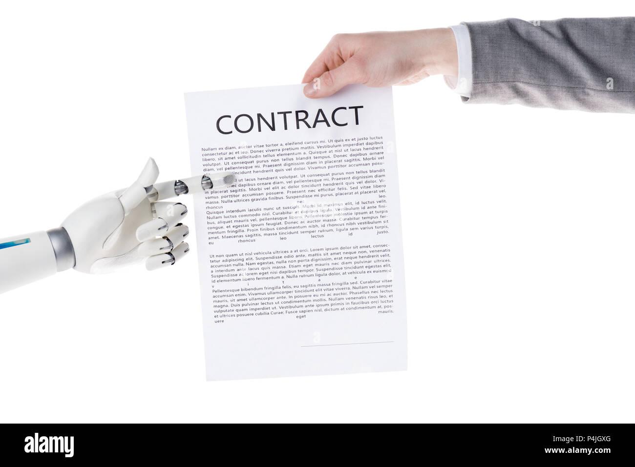 Cropped shot of robot pointant sur contrat d'affaires dans la main de businessman isolated on white Banque D'Images