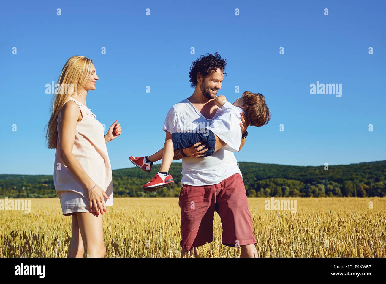 Une famille heureuse profite d'amusement avec un enfant à l'extérieur. Photo Stock