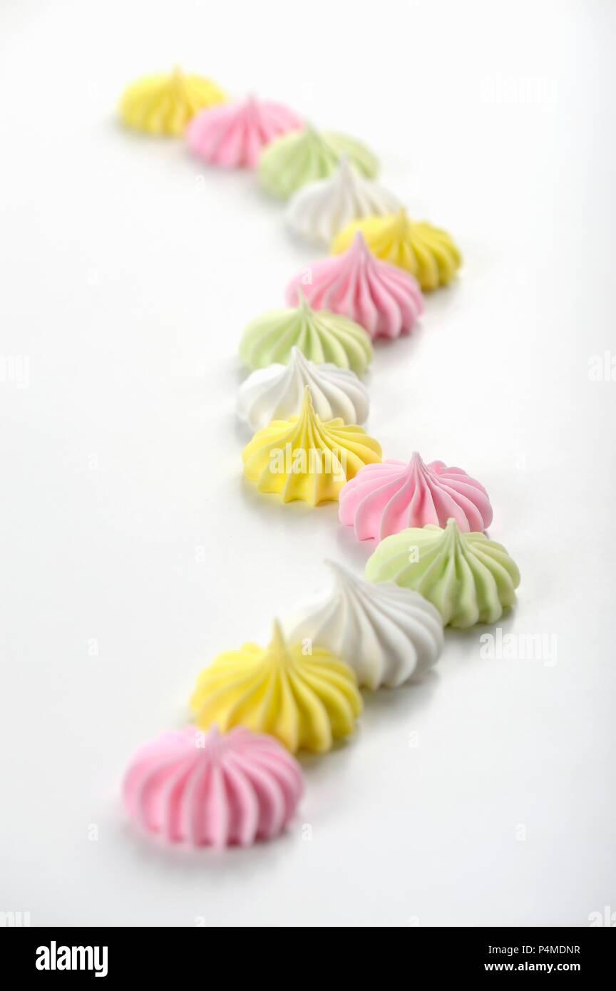 Meringues colorées sur une surface blanche Photo Stock