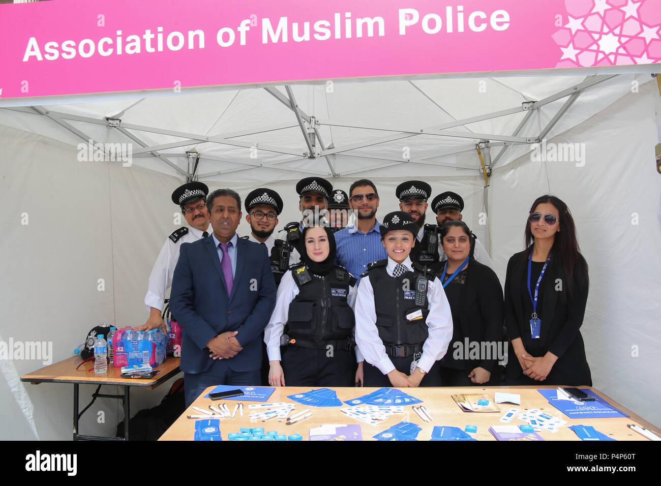 Londres, Royaume-Uni. Le 23 juin 2018. Trafalgar Square, l'Eid ont organisé une fête religieuse musulmane qui marque la fin du mois sacré du Ramadan qui marque la fin d'Saoum ,ou le jeûne,plein de stands vendant des aliments islamique traditionnelle,la promotion de la culture islamique, l'art et de lieux à visiter et d'un spectacle par la police musulmane de Londres ainsi que différents appels aux dons pour aider dans les lieux de besoin@Paul/Quezada-Neiman Alamy Live News Banque D'Images